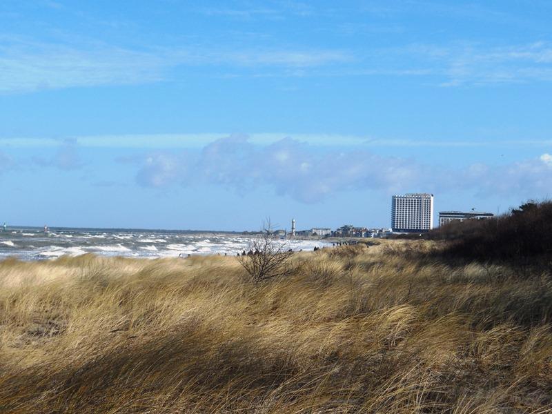 Warnemünder Strand mit Blick auf Hotel Neptun