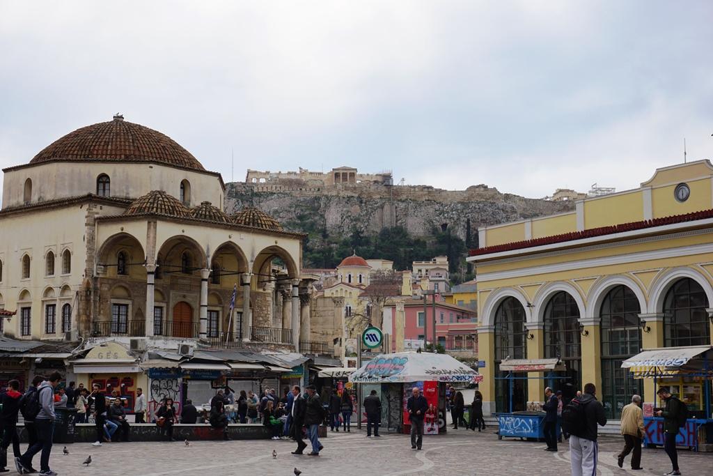 Athen_mit_Kind_Monastiraki_Platz_Blick zur Akropolis