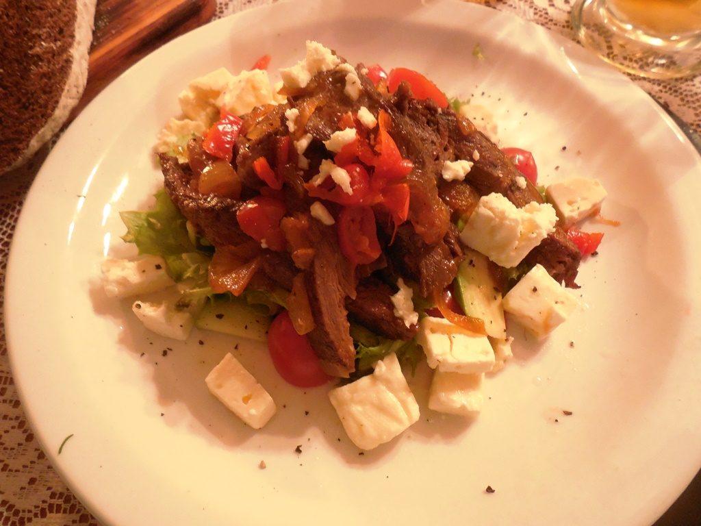 Rote Beete-Salat mit Feta und Straußenfilet