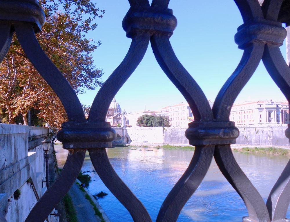 Rom_Brücke über den Tiber mit Blick zum Petersdom