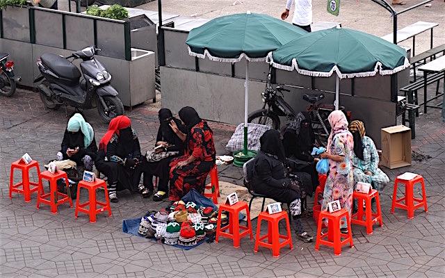 henna-kuenstlerinnen-auf-dem-jemaa-el-fna-marrakesch-marokko
