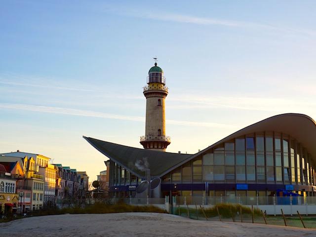 warnemuende-teepott-und-leuchtturm