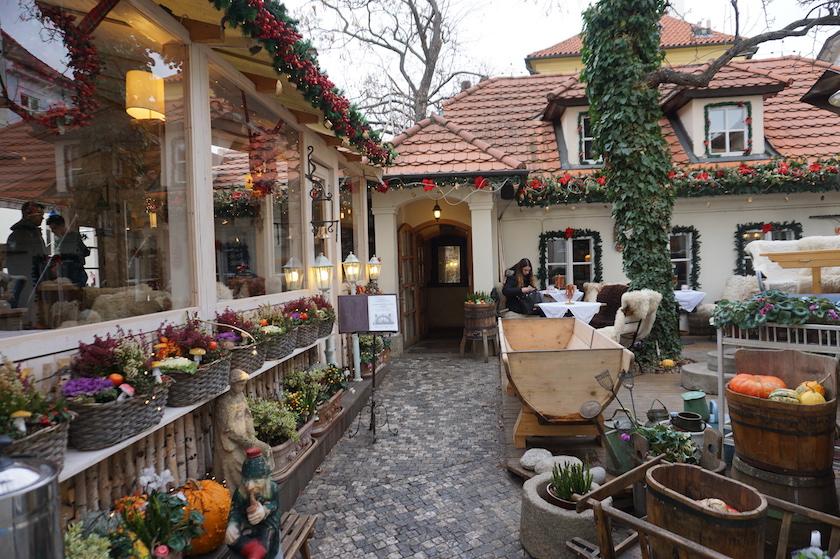 weihnachtliches-prag-cafe-an-der-john-lennon-mauer