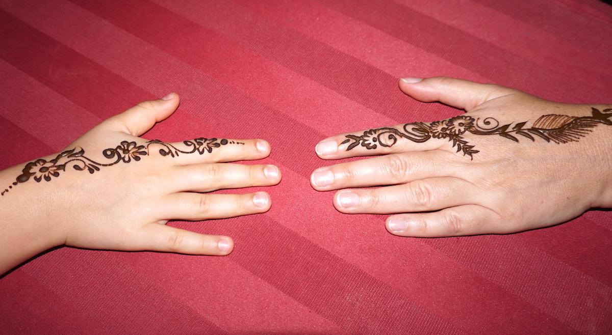 dubai wüstentour mit kindern, Henna Malerei