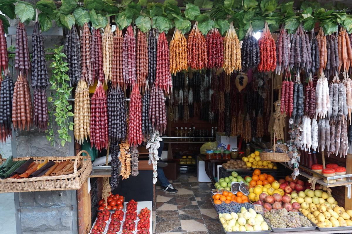 Tbilis, Obststand mit Tschurtschchela in der Altstadt