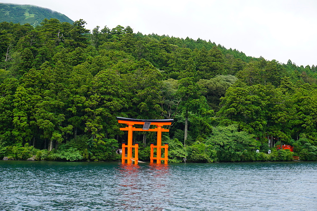 Hakone, Torii am Ufer des Ashi-Sees (Japan)