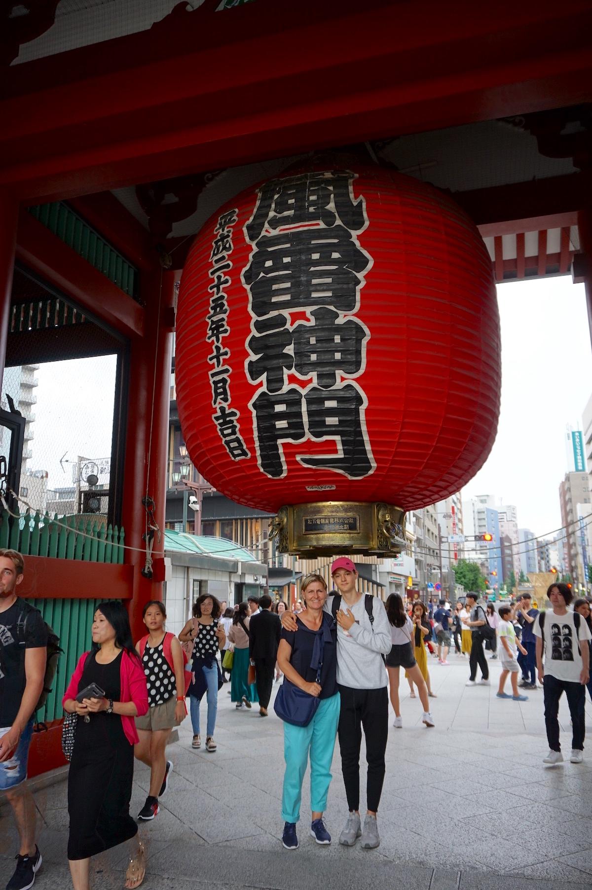 Tokio mit Teenager, Asakusa, Donner-Tor